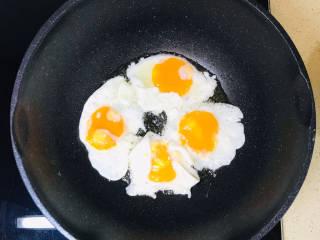 糖醋鸡蛋,煎好一个,再煎下一个,四个全部煎好