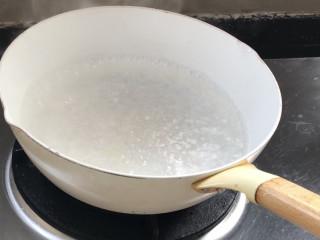 西红柿炒土豆丝,起锅烧开水,加少许油和盐