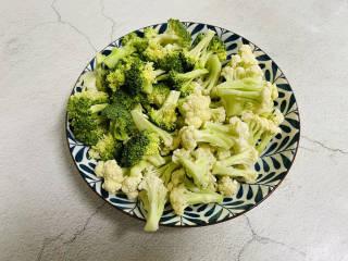 杂炒蔬菜,西兰花、花菜清洗干净备用