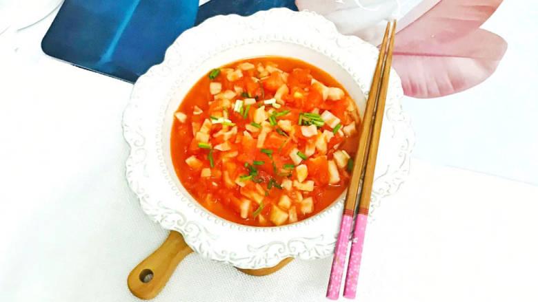 番茄藕丁,装盘后,撒上葱花装饰,美味的番茄藕丁就做好了