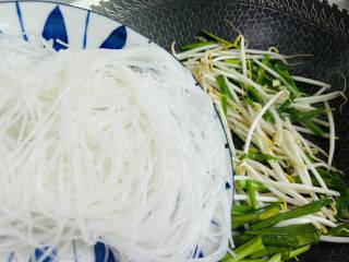 韭菜豆芽炒粉丝,放入泡软的粉丝翻炒一下