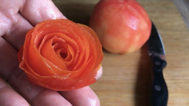 西红柿炒土豆丝,<a style='color:red;display:inline-block;' href='/shicai/ 3551'>西红柿</a>洗净,用削皮刀削皮,最好削成整体,再把皮卷起来成一朵玫瑰花