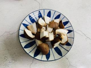 杂炒蔬菜,香菇洗净切小块