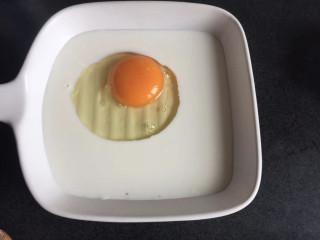 法式牛奶烤吐司,牛奶倒入烤盘中,磕入鸡蛋