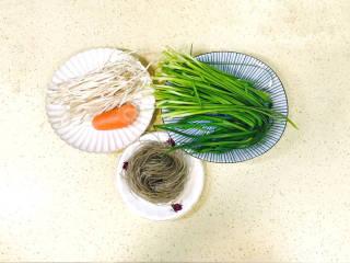 韭菜豆芽炒粉丝,准备好食材