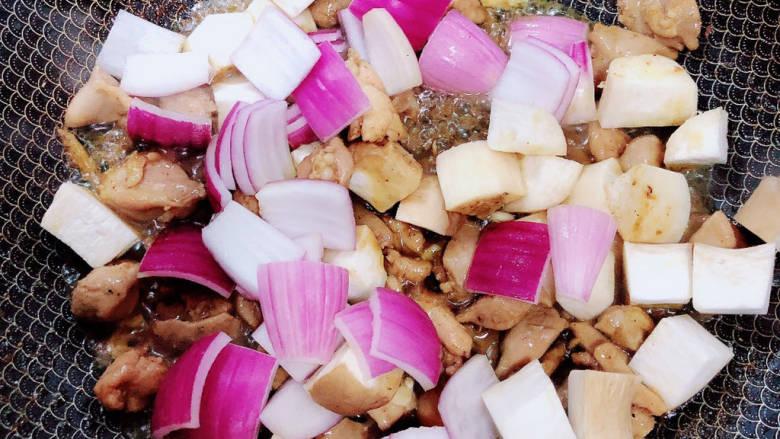 杏鲍菇炒鸡丁,加入洋葱、杏鲍菇翻炒均匀。