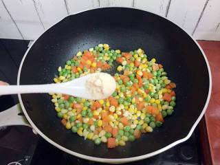 杂炒时蔬,加入鸡精