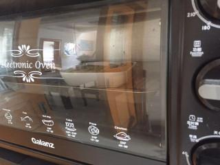 法式牛奶烤吐司,放入烤箱,上下火180度烤20分钟左右