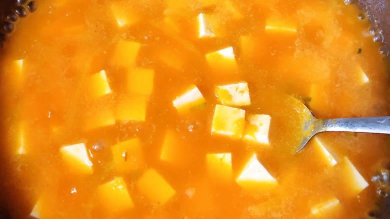 金汤鱼,加入豆腐,加入盐、蚝油、胡椒粉搅拌均匀。
