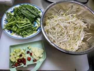 韭菜豆芽炒粉丝➕韭菜豆芽鸡蛋炒粉条,韭菜切段,蒜切片,葱白切小段,干辣椒去籽剪小段