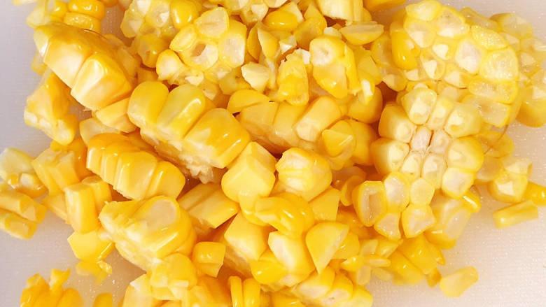 杂炒时蔬,将玉米粒切下来待用。