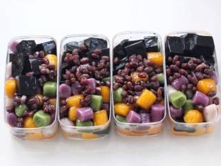芒果芋圆烧仙草,上面依次放入烧仙草、芋圆和蜜红豆,具体分量按照个人口味添加。
