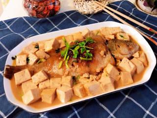 鲈鱼炖豆腐,补钙、补蛋白佳品,鲈鱼刺少,非常建议孩子们多吃。